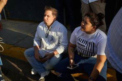 Dolly Mora junto a José Adán Aguerri, presidente del Consejo Superior de la Empresa Privada (COSEP), durante una protesta en Managua.
