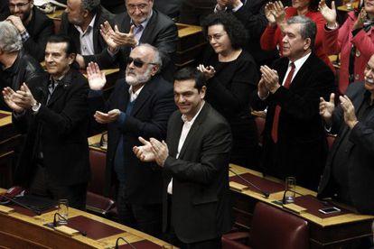 Alexis Tsipras (centro), líder de Syriza, ayer en el Parlamento.