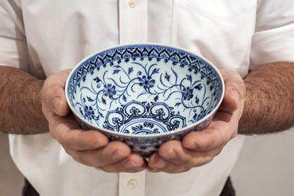 El cuenco de porcelana chino del siglo XV que se va a subastar en la casa Sotheby's, en New York.