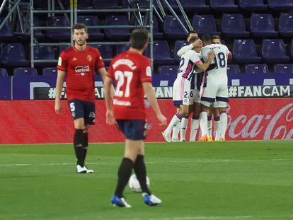 Los jugadores del Real Valladolid celebran el primer gol del equipo pucelano, de Weissman, este viernes ante Osasuna en Zorrilla.