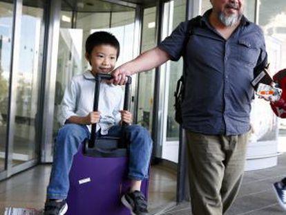 Ai Weiwei y su hijo, Ai Lao, en el aeropuerto de Múnich.