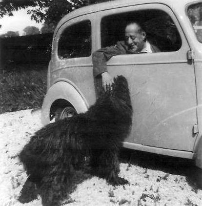 El escritor Arturo Barea acaricia a su perro en una imagen sin datar.