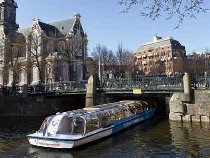 Barco de turistas por los canales de Ámsterdam.