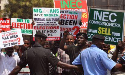 Manifestantes contrarios al retraso de las elecciones, ayer en Abuya.