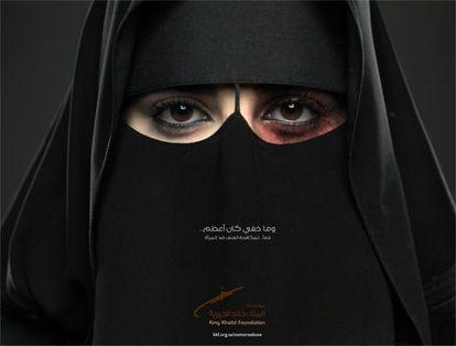 Una mujer con un niqab y el ojo amoratado, imagen de la campaña.