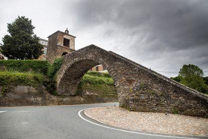 Una de las carreteras que atraviesa Portomarín (Lugo).