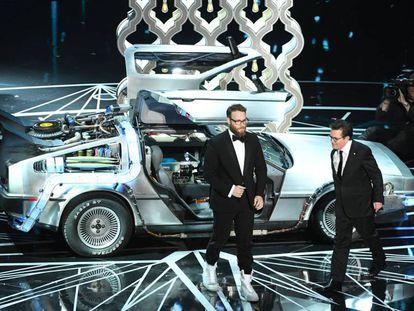 Seth Rogen y Michael J. Fox rinden homenaje a 'Regreso al futuro'. En el vídeo, los momentos.