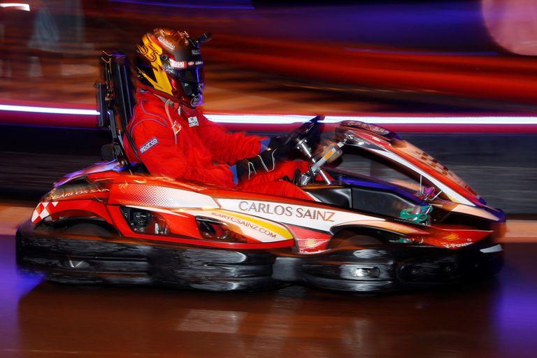 Sainz pilota un kart durante la exhibición de ayer en Madrid. / J. J. GUILLÉN (EFE)