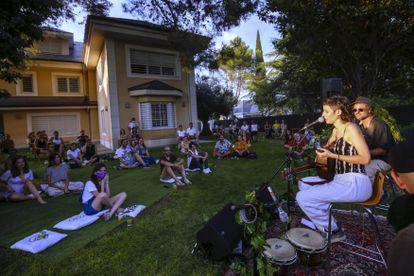 Travis Birds actuando en el jardín de una casa durante un concierto del ciclo Gira en Kasas en Madrid, en agosto de 2020.