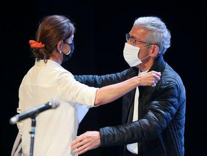 Ingrid Betancourt, quien estuvo secuestrada por las FARC, abraza al padre Francisco de Roux durante un acto de la Comisión de la Verdad el pasado junio.