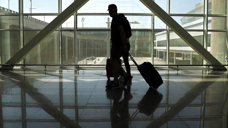 Un viajero en el aeropuerto del Prat de Llobregrat de Barcelona, este domingo.