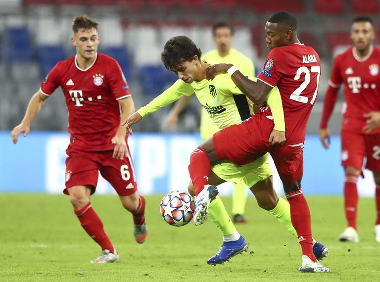 Joao Félix disputa un balón con Alaba durante el partido contra el Bayern de Munich en el Allianz Arena este miércoles.