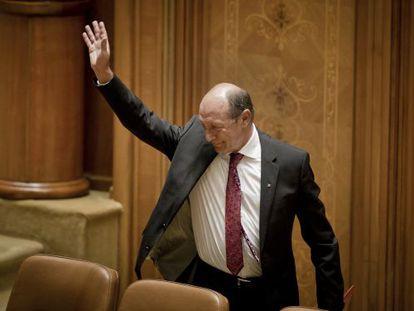 Traian Basescu deja el Parlamento antes de la votarse su suspensión como presidente de Rumanía.