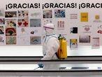 MADRID, 28/04/2020.- Carteles de agradecimiento a los sanitarios que trabajan duramente contra la pandemia, en el pabellón 9 del hospital provisional de Ifema ya prácticamente vacío. Por el recinto, cuyas instalaciones se levantaron en un tiempo récord, han pasado cerca de 4.000 enfermos del coronavirus. EFE/ Ballesteros