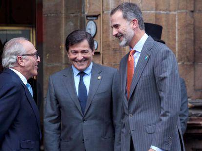 FOTO: Desde la izquierda, el presidente de la Fundación Princesa de Asturias, Luis Fernández Vega, con el presidente asturiano, Javier Fernández, y el rey Felipe VI. / VÍDEO: Protesta de los trabajadores de Alcoa.