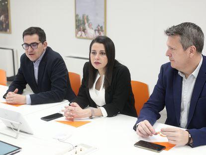 La presidenta de Ciudadanos, Inés Arrimadas, con los miembros de su ejecutiva José María Espejo (izquierda) y Carlos Cuadrado (derecha).