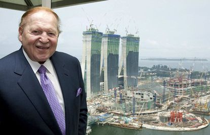 El multimillonario estadounidense Sheldon Adison, ante su casino Marina Bay Sands en Singapur.