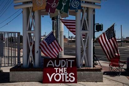 Un letrero que pide se auditen los votos, una imagen típica en la ciudad Phoenix en estos días.
