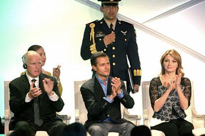 El gobernador Jerry Brown, el presidente Enrique Peña Nieto y la primera dama Angélica Rivera, el lunes en Los Ángeles.