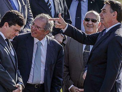 El presidente Bolsonaro apunta de broma al entonces ministro Sergio Moro en un acto público.