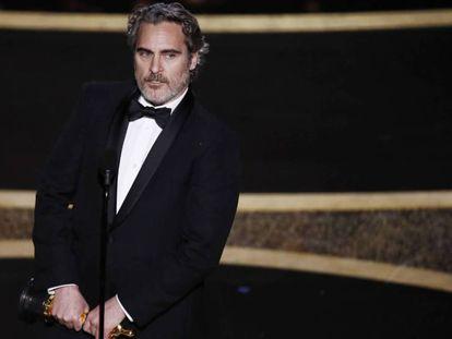 Joaquin Phoenix, con su Oscar al mejor actor protagonista. En vídeo, su discurso.