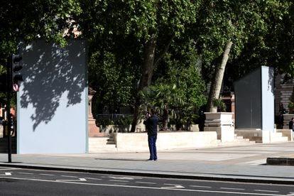 Las estatuas londinenses de Nelson Mandela (izquierda) y Gandhi se cubrieron el año pasado para evitar ataques en reacción a las protestas del movimiento Black Lives Matter.