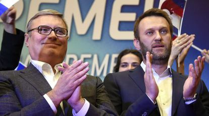 Alexei Navalni, a la derecha, y el exprimer ministro Mijaíl Kasianov, en un acto político en Moscú el pasado día 11.
