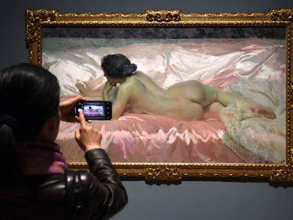 Una visitante ante 'Desnudo de mujer', en la inauguración en marzo de la exposición dedicada a Sorolla en la National Gallery.