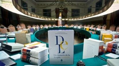 Ejemplares de la 23 edición del Diccionario de la lengua española en el salón de plenos de la Real Academia Española.