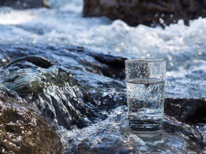 El agua mineral no solo alivia el estrés, también nos ayuda a mantenernos en nuestro peso y nos aporta minerales necesarios para el organismo.