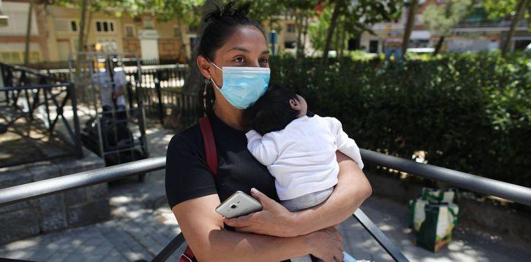 Una mujer solicitante de ayudas públicas, en Madrid.