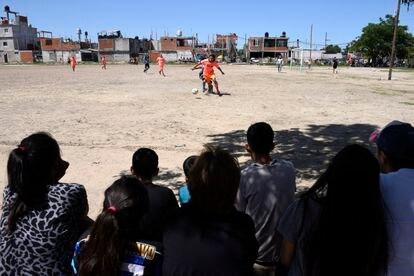 Partido del campeonato local en el campo de tierra del club Estrella Roja.
