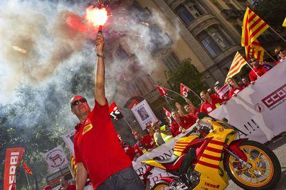 Trabajadores de Derbi protestan en mayo de 2012 por el cierre de la fábrica.