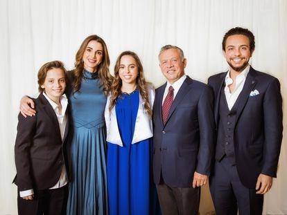 Miembros de la familia real de Jordania, en Ammán en 2018. A la derecha, el rey Abdalá y el príncipe heredero Hussein.
