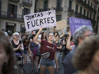 Una joven alza un cartel en la Plaza Sant Jaume en protesta por la puesta en libertad provisional de La Manada. Massimiliano Minocri