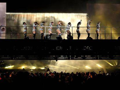 Beyoncé, en medio, en su espectáculo 'On the Run II Tour', el pasado agosto en Nueva Jersey.