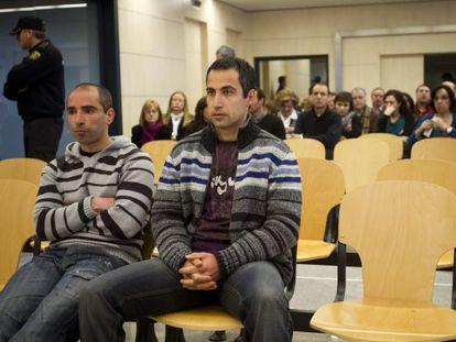 El etarra Andoni Otegi (a la derecha), durante un juicio en la Audiencia Nacional junto a otro integrante de su comando, Óscar Zelarain.