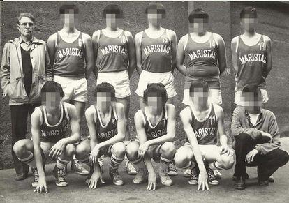 El hermano marista Esteban Villalba, que era entrenador de baloncesto, con uno de los equipos del colegio de la orden en Bilbao en los años 70.