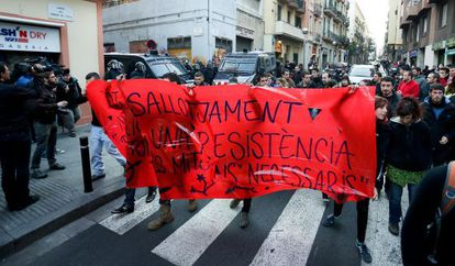 Manifestación en protesta por el desalojo del Casal de Joves de Gràcia.