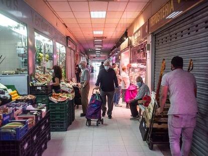 Dos jubilados realizan la compra en el mercado de Villaverde Alto.