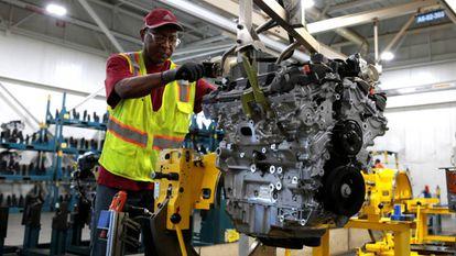 Un empleado de General Motors en una fábrica de motores