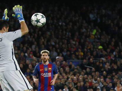 Bravo toca el balón con las manos fuera del área.