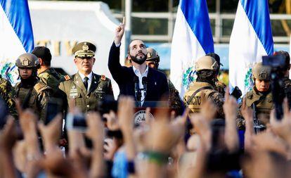 Nayib Bukele junto a sus seguidores y el Ejército, en febrero de 2020 en San Salvador.