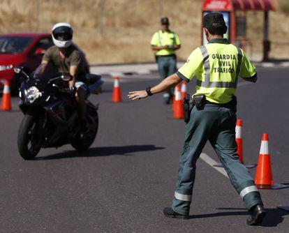 Un agente de la Guardia Civil le da el alto a un motorista