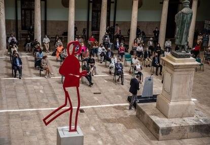 Presentación de la exposición en el claustro de la Universidad de Valencia con la estatua de Juan Luis Vives.