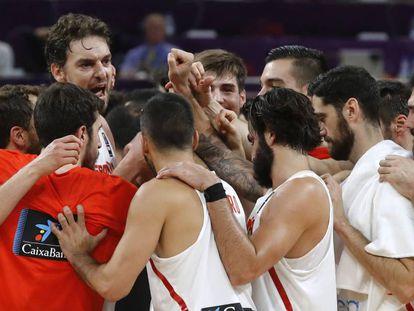 Los jugadores españoles celebran el triunfo ante Turquía.