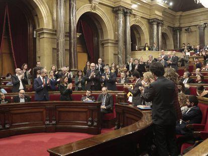 Diputados de JxCat aplauden a Torra mientras los de ERC, incluido el vicepresidente Aragonés, permanecen sentados.