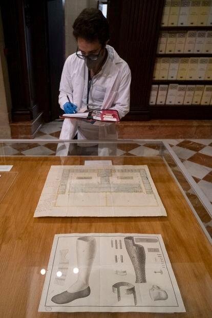 Un archivero junto al plano del hospital de Montevideo de 1793 y el dibujo de la pierna ortopédica de 1816.