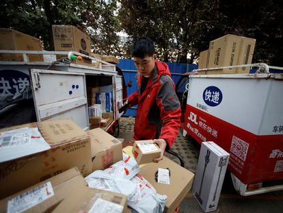 Reparto de paquetes en el centro de logística de JD, en Pekín, durante el Día de los Solteros.
