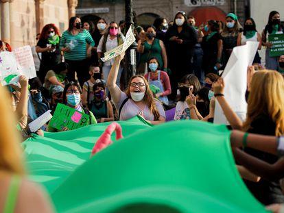 Un grupo de manifestantes celebra la despenalización del aborto por parte de la Suprema Corte de Justicia en Saltillo (Coahuila), este martes.